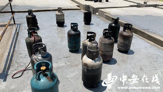 合肥一工地冒烟 消防员抱出12个煤气罐1