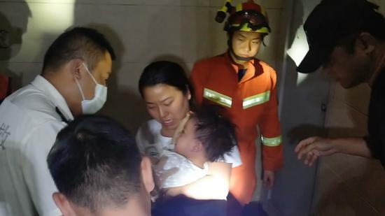 危险 合肥1岁多宝宝被倒挂在电梯