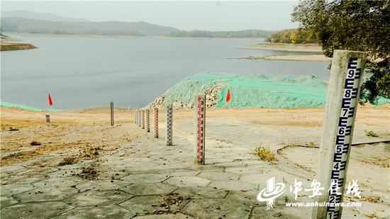 黄栗木水库的水位节节后退,堤坝上的水位标尺都退出了水面