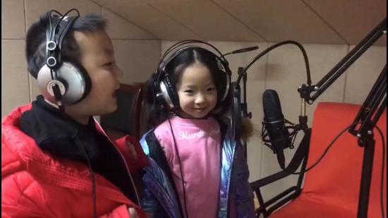 ▲孩子们在录制杨海樱作词的音乐小视频