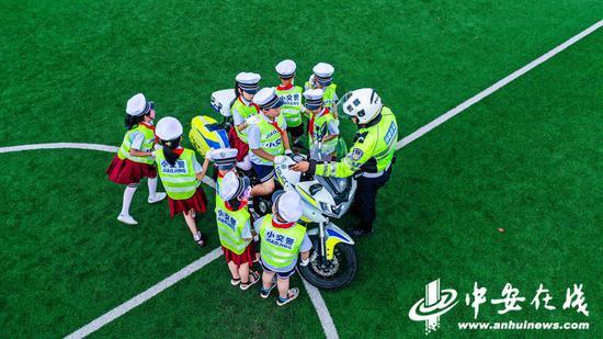 铜陵交警向小学生讲解交警铁骑摩托车