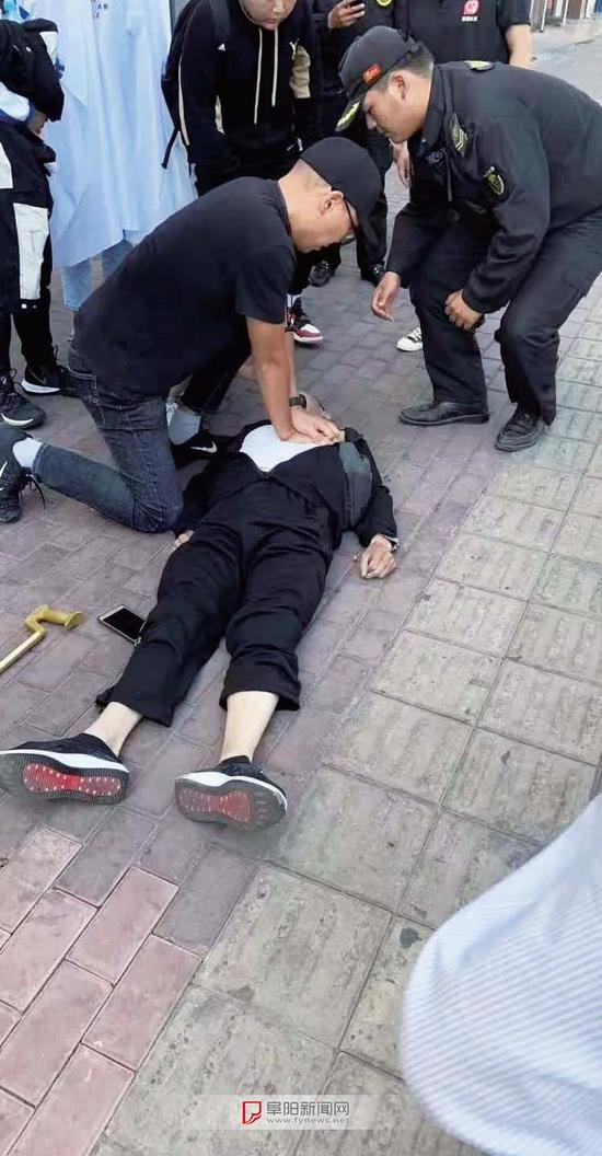 老人突发疾病摔倒,黑衣男子冲上去救人