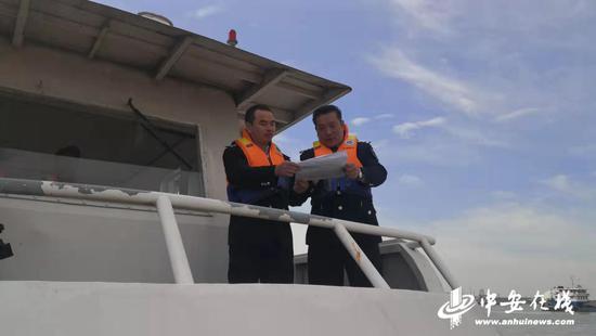 渔政执法人员在工作