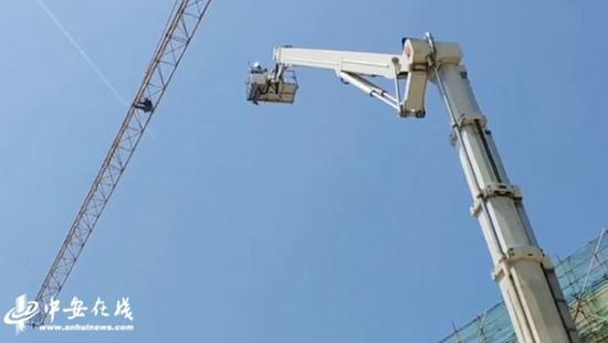 合肥一男子被困40米高塔吊,却遭消防员训斥