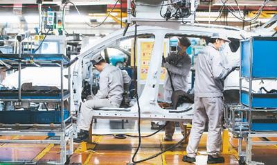 近日,武汉各企业开始陆续复工复产。图为在东风乘用车公司工厂总装车间的流水线上,工人们加紧生产。新华社记者 肖艺九摄