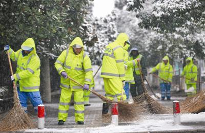 图为在中都大道上,环卫工人在清扫路面积雪。 记者 卢志永 摄