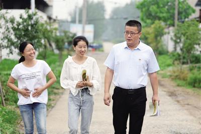 贺俊强和同事正前往村民家走访