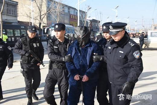 民警押解犯罪嫌疑人王某友指认现场
