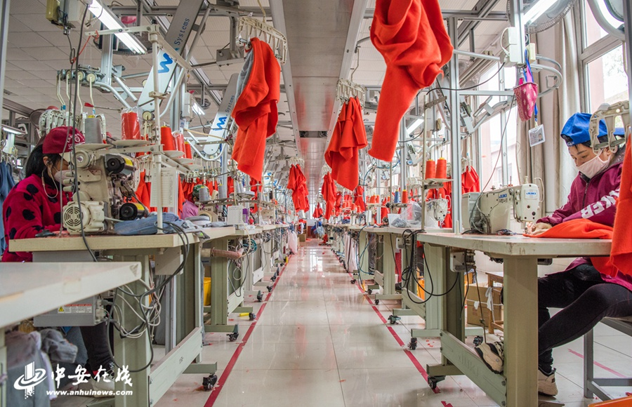 制衣车间内工人们正在赶制服装