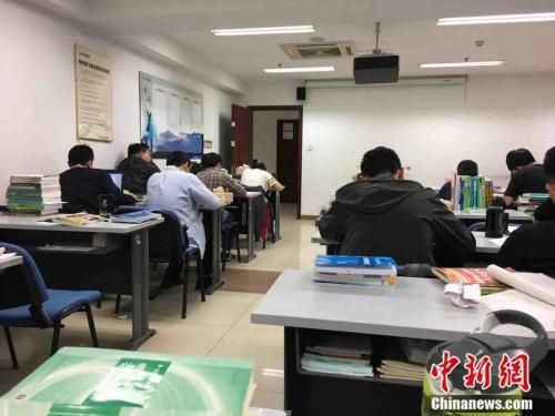 教室里学生们正在复习 受访者 供图