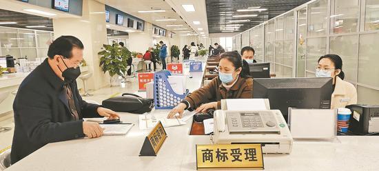 郑乃利在受理窗口申请商标 记者 王永霞 摄