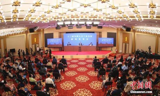 5月21日,十三届全国人大三次会议新闻发布会在北京人民大会堂新闻发布厅举行,新闻发布会采用网络视频形式进行。中新社记者 杜洋 摄