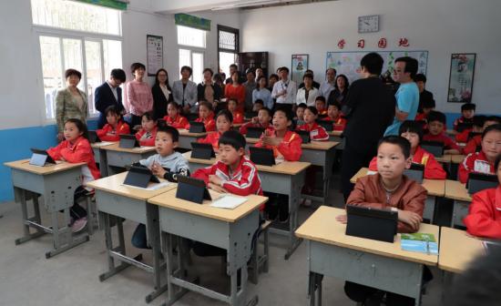教学点学生与中心校教师进行远程互动