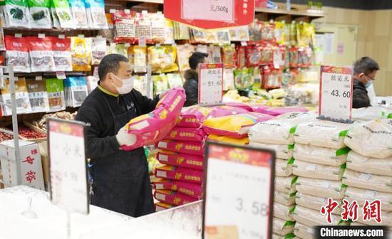 1月27日,江西省新余市一家大型超市内,米面等物资储备充足。 赵春亮 摄