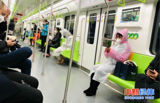 复工首日上海地铁上人人都佩戴口罩 来源:受访者供图