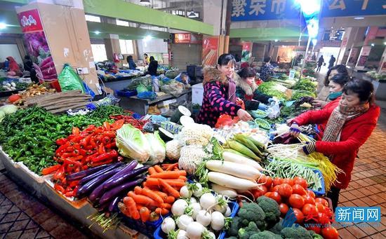 2月20日上午,在迎江区康熙河农贸市场上,市民正在挑选新鲜的蔬菜。黄有安 摄