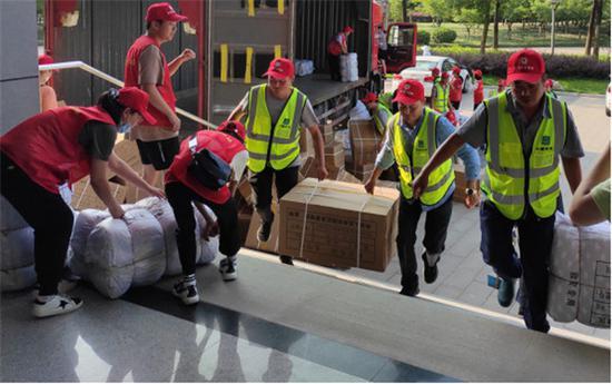 青年志愿者在积极搬运物资 合肥市团委供图