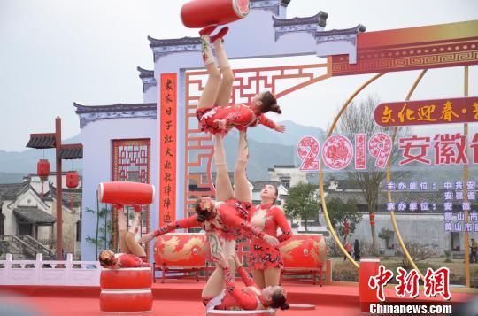 演员在2019年安徽省乡村春晚首场演出上表演杂技 余皓 摄