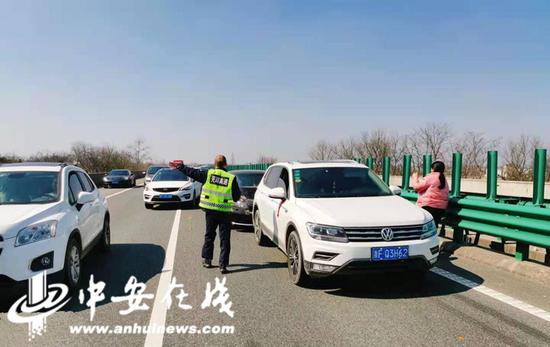 接警后芜湖高速南陵西分中心路产人员第一时间赶赴现场。