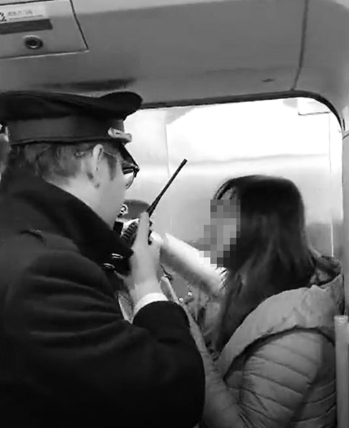 女子抓住车门不放手(视频截图)