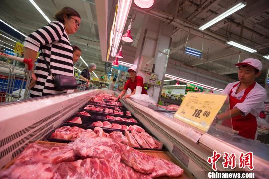 资料图:民众在超市购买猪肉。 张云 摄