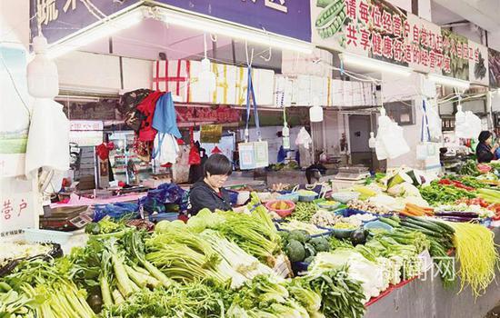 在回祥农贸市场,时令菜品供应丰富了市民的菜篮子。
