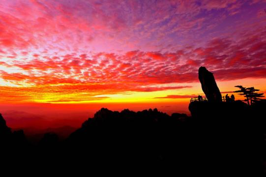 黄山风景区飞来石(图源:黄山市文化和旅游局)