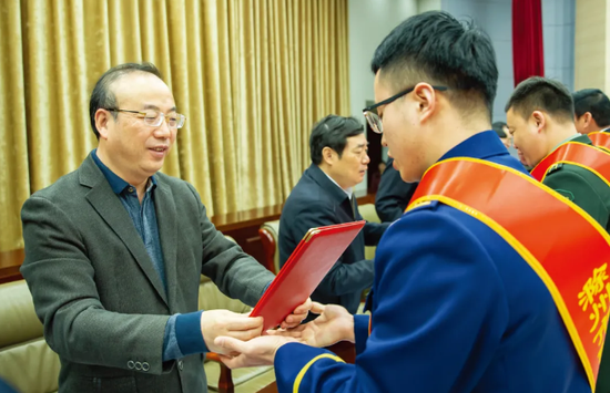 ▲张祥安、许继伟等市领导为市防汛救灾先进个人颁发荣誉证书(记者卢志永 摄)