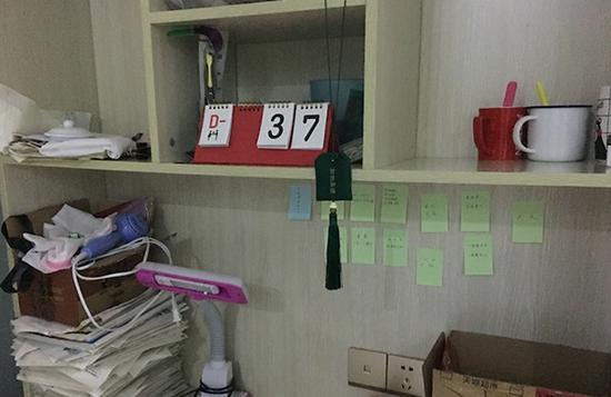 毛坦厂中学一名高三学生的书桌。图片均为 澎湃新闻记者 胡芮默 图