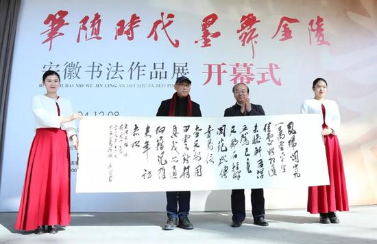 吴雪向江苏省现代美术馆赠送书法作品