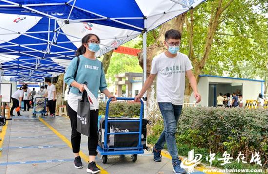 学生志愿者帮助新生运送行李