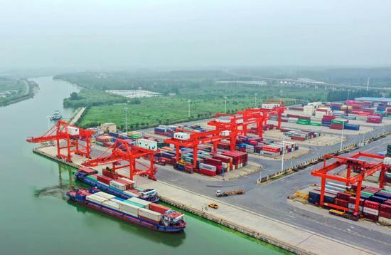 合肥港国际集装箱码头,船只正在进港运送货物。叶玉庭 记者 张大岗 摄