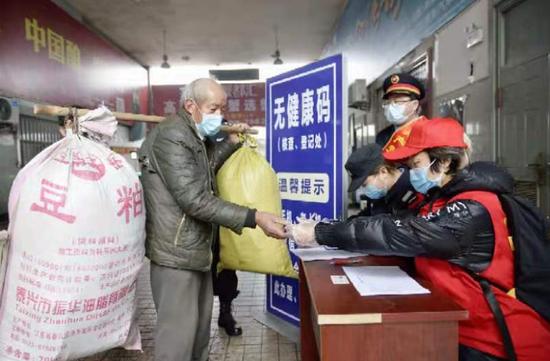 宿州站志愿者在为老年旅客热心服务,提供帮助。