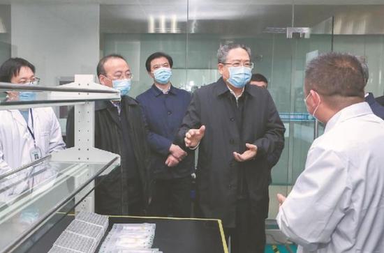 2月19日,省委书记李锦斌深入滁州市通用生物系统(安徽)有限公司,调研督导企业疫情防控和复工复产情况。 本报记者 徐国康 摄