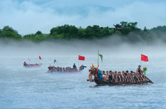 泾县桃花潭景区 赛龙舟现场(图源:安徽省文化和旅游厅)