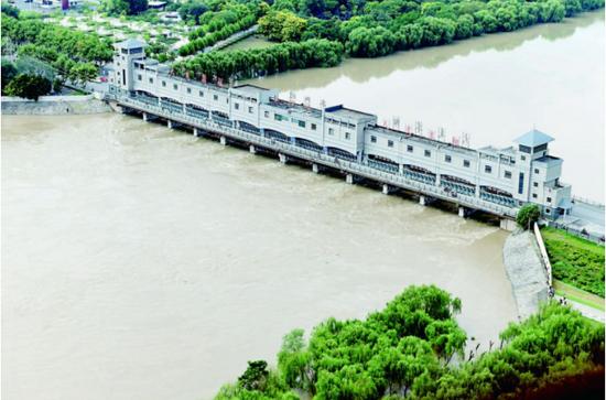 9月7日,颍河阜阳闸闸门全开,全力泄洪。记者 王彪 摄