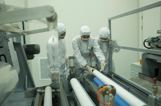 金张科技股份有限公司生产车间内,工作人员正在检验产品。