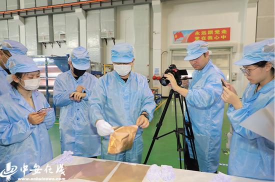 安徽铜冠铜箔集团股份有限公司工作人员为记者展示超薄铜箔样品