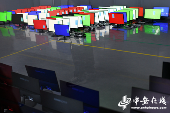 10月10日,在位于淮南市高新区产业园的安徽灰熊视创科技有限公司,显示器检测车间