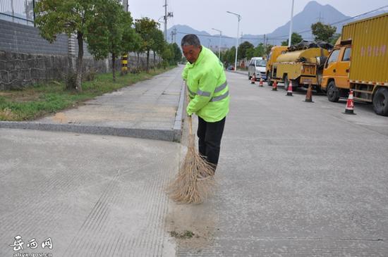 莲云乡平岗村环卫工刘圣甘正在清扫街道