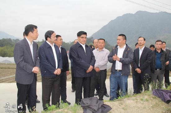 2016年4月15日,时任中石化董事长王玉普来岳西调研精准扶贫