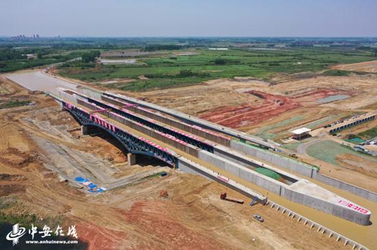 中国中铁四局承建的世界最大跨度通水通航钢结构渡槽