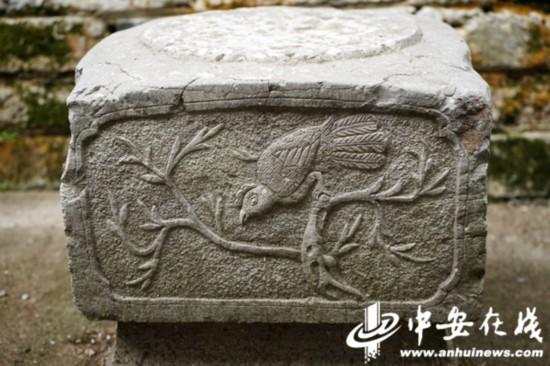 石础表面雕刻着精美的花纹