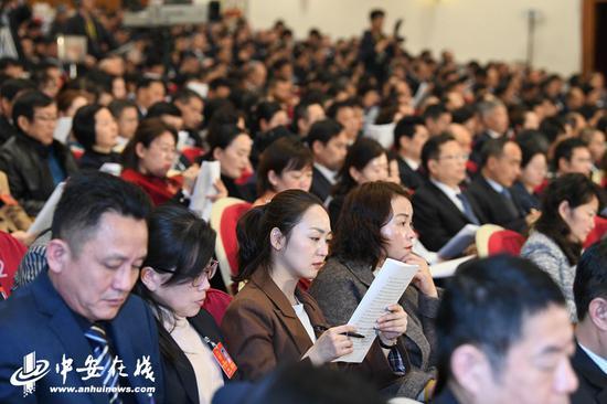 与会代表正在认真听取政府工作报告。 记者 许梦宇、刘玉才、刘炜鑫/摄