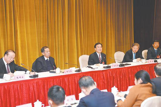 1月12日下午,省委副书记信长星来到省十三届人大三次会议滁州代表团,与代表们一起审议《政府工作报告》。记者 徐国康 吴文兵 程兆 摄