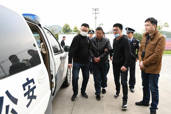 潜逃17年的命案嫌犯王某运被抓获。姜涛摄