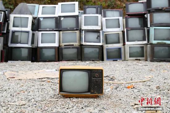 贵阳市一处家电回收站堆满了各种各样的废旧家电。中新社记者 贺俊怡 摄