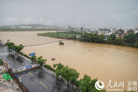 镇海桥因洪水坍塌。