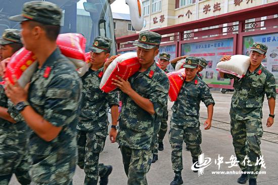 安徽滁州:抗洪官兵走进安置点