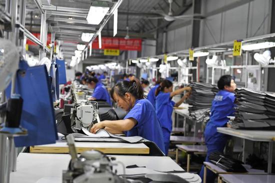 蜀山区南岗镇的合肥宏立至信汽车部件制造有限公司内,工人正在生产汽车座椅配件。记者 张大岗 摄